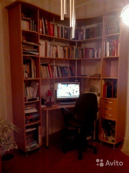 Слеллаж (библиотека) с компьютерным столом.