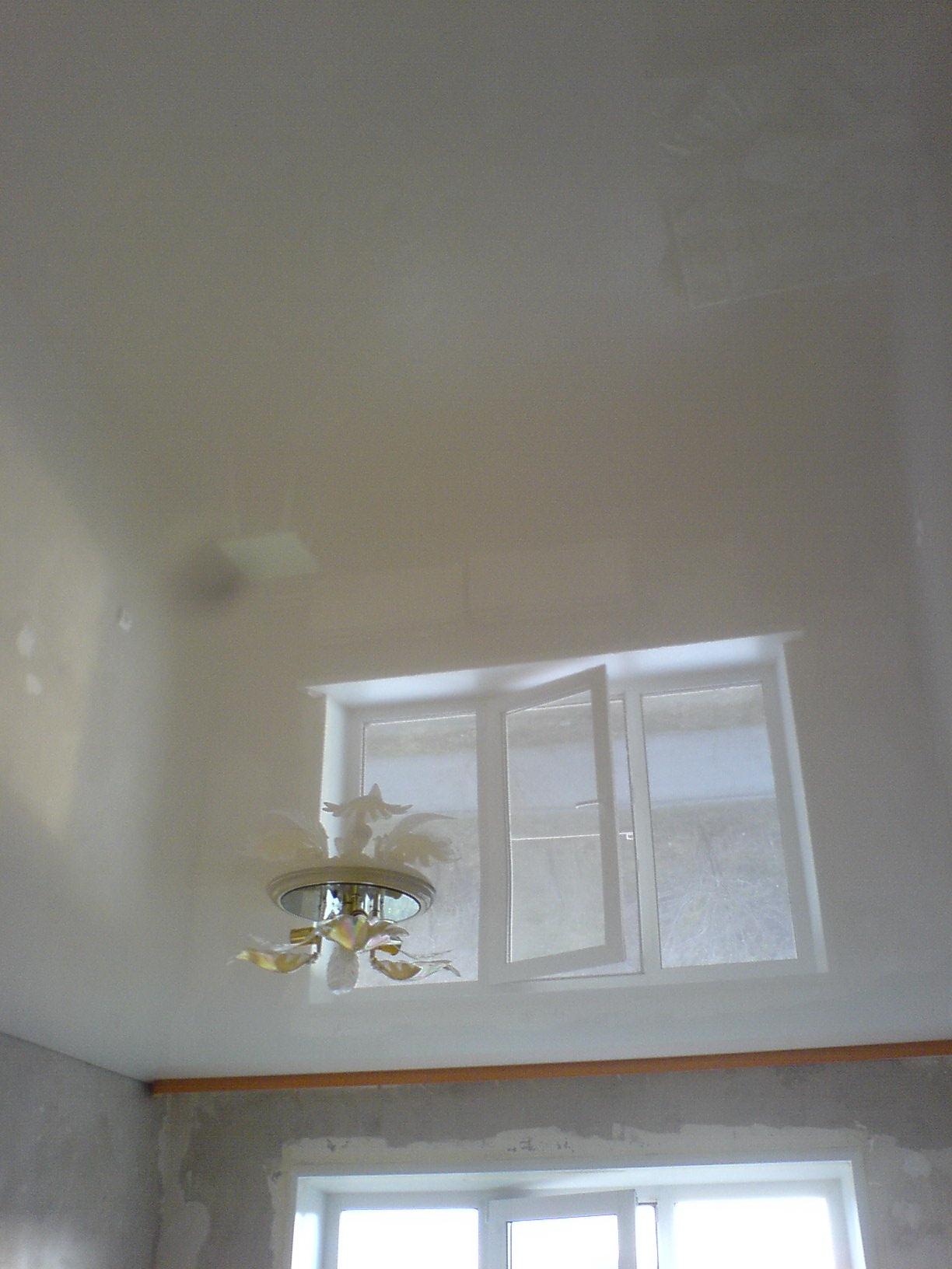 глянцевые натяжные потолки плюсы и минусы фото прекрасной белоснежной