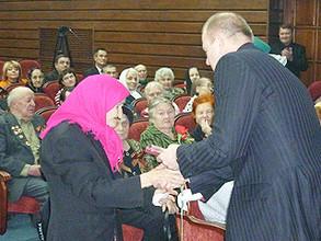 В Саяногорске труженикам тыла вручили юбилейные медали