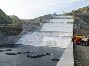 На СШ ГЭС начались испытания берегового водосброса