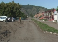 В поселке Майна ремонтируют главную улицу и библионеку