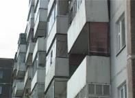 В Саяногорске парень и девушка выпали из окна