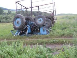 Молодой человек погиб перевернувшись на тракторе