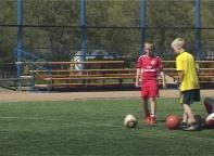 У искусственного мини футбольного поля в Саяногорске появились трибуны