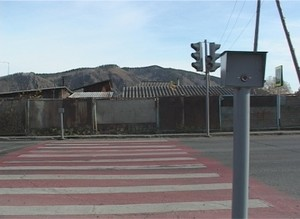 На центральной остановке в поселке Майна устанавливают светофор