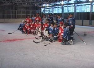 Легенды советского хоккея показали жителям Черемушек настоящую игру