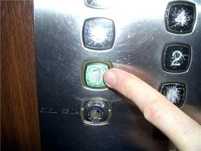 В Саяногорске меняют лифты