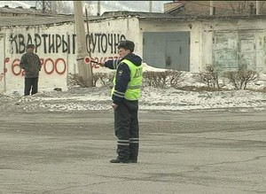 Госавтоинспекторы Саяногорска утро начали с раздачи детских удерживающих устройств