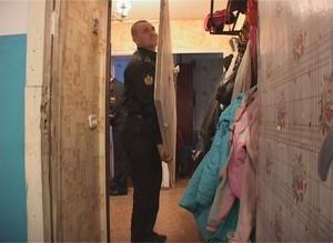 Саяногорские судебные приставы арестовали дверь в квартире должника