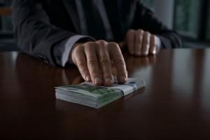 За попытку дать взятку полицейскому житель Саяногорска оштрафован на 40 тысяч рублей