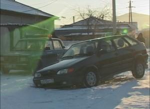 Провал дороги по улице Оросительной. В образовавшуюся яму угодил автомобиль