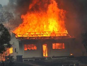 В Саяногорске огонь пощадил деревянный жилой дом