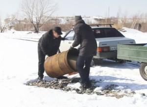 Саяногорские автолюбители очищают гравийный карьер от мусора.
