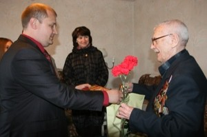 В Саяногорске ветеранов поздравляют добровольцы
