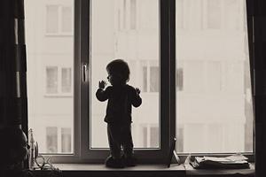 Трагическое ЧП в Саяногорске: погиб двухлетний ребёнок, выпав с пятого этажа