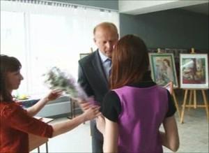 Леонид Быков наградил юную саяногорскую художницу за призовое место в Дельфийских играх