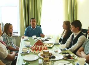 Будущие чемпионы собрались за чашкой чая в администрации города