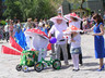 На параде в Саяногорске - детские коляски