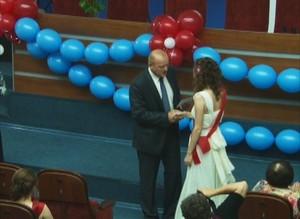 Саяногорские выпускники-медалисты получили денежные премии из рук главы Саяногорска