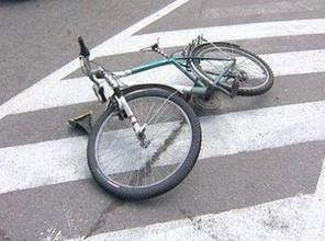 """В Хакасии велосипедист, двигась по газону, влетел в """"Ладу"""""""