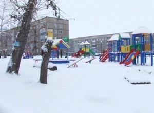 Неизвестные ломают новый детский городок
