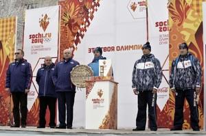 Глава Хакасии подарил факелоносцам Олимпийского огня шаманский бубен