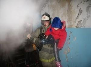 Пожарные спасли 37 человек из горящего дома в Саяногорске