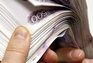 В Саяногорске женщина нашла крупную сумму денег и принесла ее в городской отдел полиции