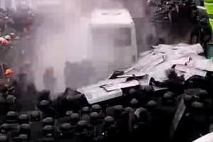 Протестующие пошли на штурм правительственного квартала в Киеве