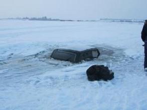"""На Саяно-Шушенском водохранилище под лед ушла """"Нива"""" с людьми"""