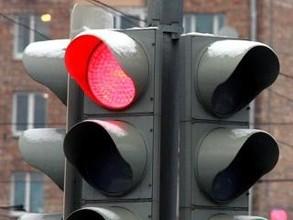 В Саяногорске молоденькая автомобилистка забыла, что на красный надо стоять