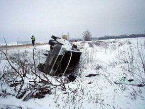 Со скользкой трассы Абакан - Саяногорск снесло микроавтобус