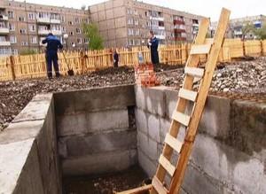 На саяногорском сквере начали строить фонтан