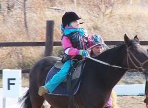 Первое республиканское соревнование по адаптивному конному спорту стало «золотым» для Саяногорска