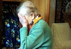 В Саяногорске мужчина отобрал у пенсионерки деньги
