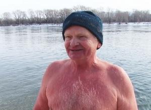 60-летний саяногорец отметил свой юбилей заплывом через Енисей