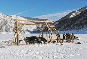 В Красноярском крае из ледяного плена спасли джип