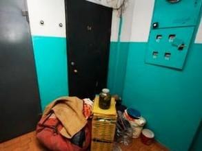 Жителя Саяногорска выселили из трехкомнатной квартиры, разбив окно