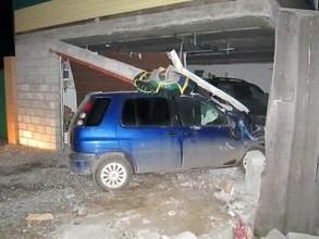 В Саяногорске пьяный водитель врезался в джип Toyota Land Cruiser Prado, стоящий в гараже