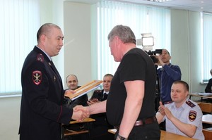 В ОМВД России по г.Саяногорску поощрили граждан, задержавших грабителя