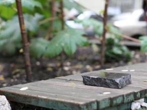 В Бейском районе вандал повредил мемориальную доску ВОВ