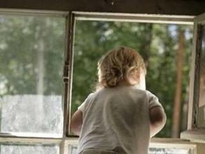 В Хакасии с помощью пожарной лестницы с балкона сняли четырехлетнего ребенка