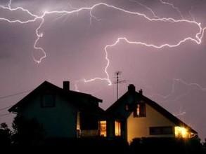 В Хакасии от удара молнии сгорел строящийся дом