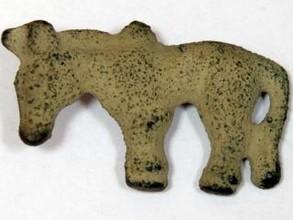 Археолог из Хакасии обнаружил древнюю бляшку из бронзы