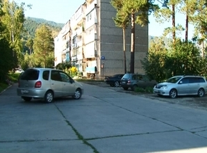 У жителей 87 дома поселка Черемушки появилась своя автостоянка