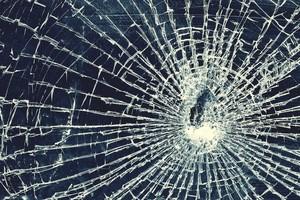 На автовокзале Абакана пьяный мужчина разбил стекло «Мерседеса»