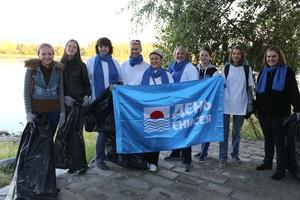 Саяногорские русаловцы и городские добровольцы очистили берег Енисея