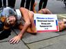 Порнозвезда разделась у посольства России в Лондоне