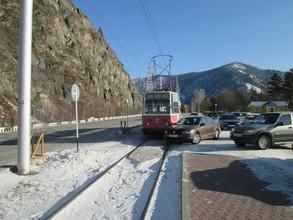 Редкий случай: в Хакасии трамвай помешал движению иномарки