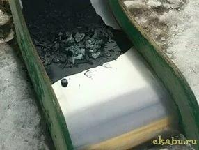 В Нижнем Новгороде недовольные шумом жители залили детскую горку гудроном с битым стеклом